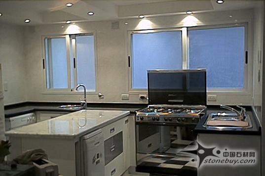 此组厨房台面板使用的天然石材http://www.stonebuy.com/颜色淡雅,纹路均匀,使得整个厨房透露出清新自然的美感,石材http://www.stonebuy.com/台面板硬度高,易清洁。
