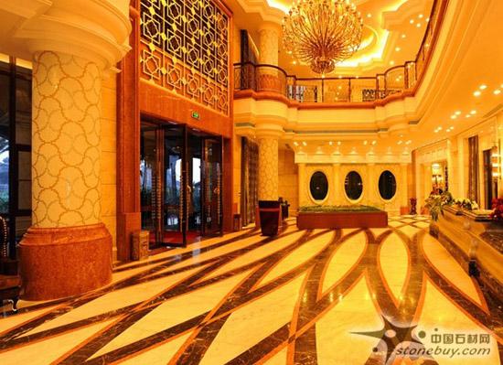 石材http://www.stonebuy.com/拼花在现代建筑中被广泛应用于地面、墙面、台面等装饰,以其石材http://www.stonebuy.com/的天然美(颜色、纹理,材质)加上人们的艺术构想拼出一幅幅精美的图案。 拼花在酒店大堂中的运用非常常见,一副极具特色的拼花能给酒店增色不少。